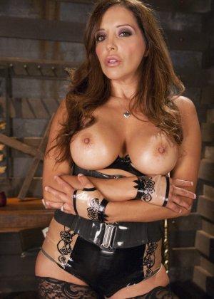 Кармен увлекается и получает удовольствие от сладостных пыток своих дырочек - фото 2