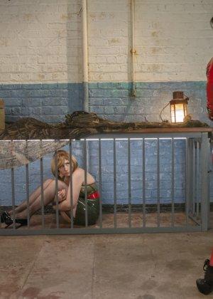 Лесбиянки надевают кожаные корсеты и удовлетворяют себя анальным сексом, они практикуют анальный фистинг - фото 3