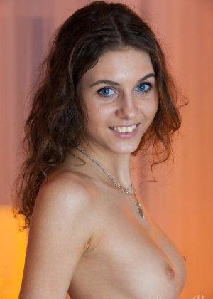 Молоденькая мисс хвастается свежестью своего тела – красивая грудь и аккуратная попка сводят с ума - фото 4