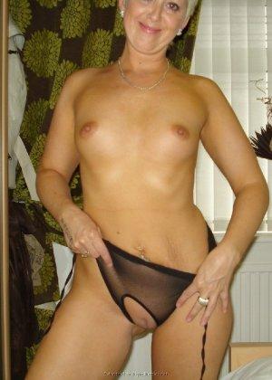 Опытная женщина знает, как привлечь мужчину, тем более ее хорошее тело позволяет хвастаться - фото 2