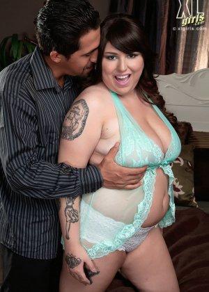 Жирная брюнетка остается очень довольна, что разгоряченный самец решает ее полапать и присунуть между грудей - фото 7