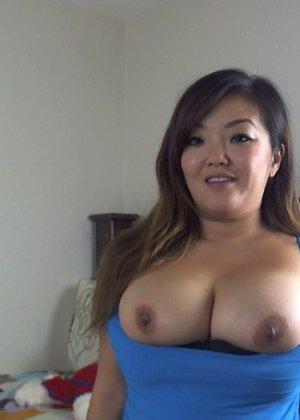 Огромный бюст этой пышной азиатки наверняка придется по вкусу всем любителям больших сисек - фото 1
