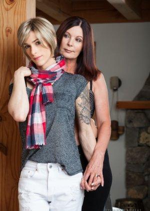 Зрелая подружилась с блондином трансом, ей всегда было интересно потискать одновременно и член и сиськи - фото 1
