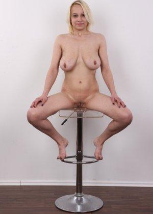Киска блонды потекла на стеклянный стул от того, что ее заставили раздеться на камеру - фото 16