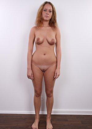 Сероглазая девчонка с гибкой талией позволяет снять на камеру все, даже голенькую киску - фото 11