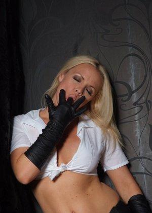 Эротичная блондинка в белой блузке и черных перчатках умело демонстрирует свое красивое тело - фото 8