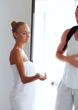 Нэнси приглашает на дом массажиста, а тот доводит ее до невероятного экстаза, поэтому она благодарит минетом - фото 32