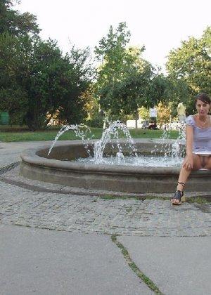 Тина обожает обнажаться на улицах города, в публичных местах, при этом шокируя прохожих своей откровенностью - фото 28