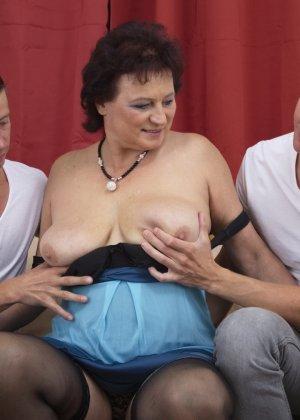 Два молодых парня оказываются в компании зрелой женщины, которая разрешает трогать себя везде - фото 15