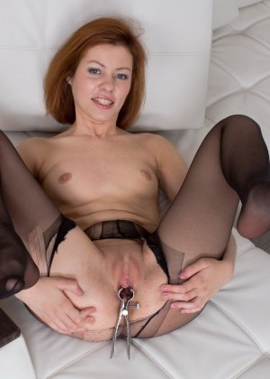 Похотливая шлюшка разрывает на себе колготки и начинает запихивать в себя различные игрушки из секс-шопа - фото 16