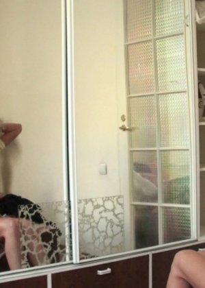 Кудрявая женушка собирается на работу и перебирает одежду, супруг с удовольствием наблюдает за этим ее занятием - фото 12