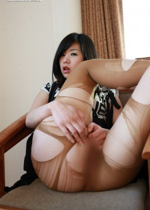 Кореянка специально для фетишистов разрывает на себе колготки и дразнит обнаженными частями тела - фото 16