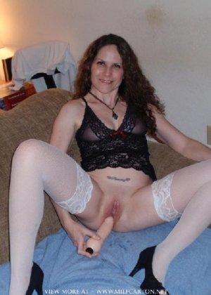 Горячие опытные дамочки мастурбируют с помощью разных вибраторов и фаллосом, при этом получая коллосальное удовольствие - фото 19