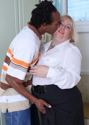 Горячая британская толстушка разрешает лапать себя молодому темнокожему мужчине и делать куни - фото 5