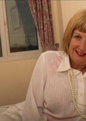 Кокетливой бабуле нравится носить эротическое белье под своим скромным нарядом - фото 2