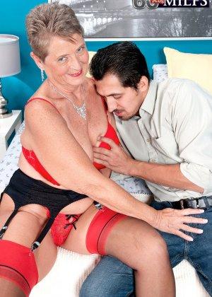 Красное белье просто великолепно смотрится на зрелой Джоанне Прис - фото 2