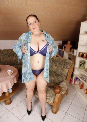 Огромные буфера этой зрелой женщины поразят кого угодно, тем более, когда их можно разглядеть так близко - фото 8