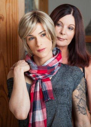 Зрелая подружилась с блондином трансом, ей всегда было интересно потискать одновременно и член и сиськи - фото 2