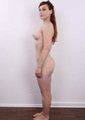 Девушка на кастинге постепенно освобождает себя от невзрачной одежды и показывает все, что может - фото 11