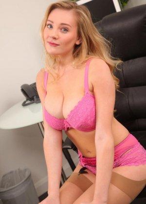 Бэт Лили показывает свою эффектную фигуру в красивом розовом белье, а затем остается без него - фото 8