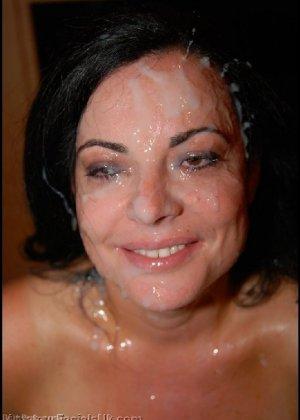 Грязная сучка обожает, когда ей кончают на лицо, и дожидается, пока ее всё лицо оказывается в сперме - фото 14