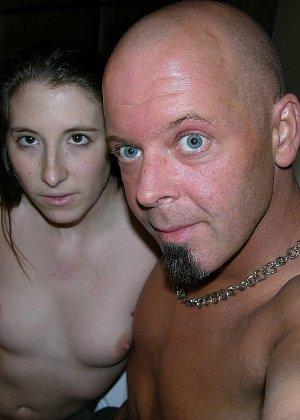 Мужик кончил девке на спину, сперма попала на тугой анус, очень возбуждающая картинка - фото 9