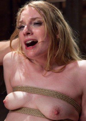 Ела Дарлинг с удовольствием принимает наказание от рук опытного Мики Мода и его ненасытного друга - фото 16- фото 16- фото 16