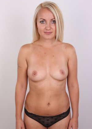 Блонда с рисунком бабочки на спине имеет неплохие формы, ее пизденка тоже весьма неплоха - фото 7