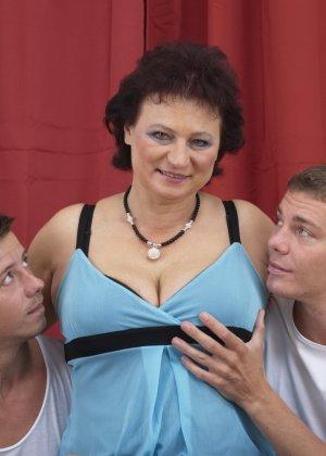 Два молодых парня оказываются в компании зрелой женщины, которая разрешает трогать себя везде - фото 8