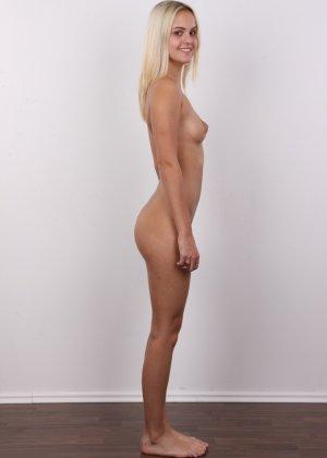 Милая блондинка позирует абсолютно обнаженной - фото 9- фото 9- фото 9