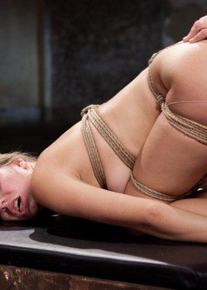 Горячая парочка решается на секс, применяя веревки, прищепки и не только - фото 10- фото 10- фото 10
