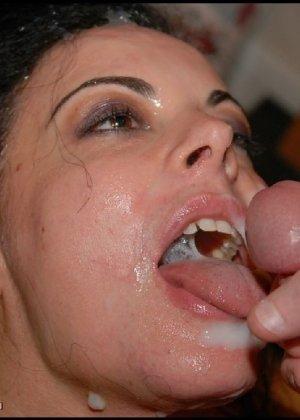 Грязная сучка обожает, когда ей кончают на лицо, и дожидается, пока ее всё лицо оказывается в сперме - фото 22