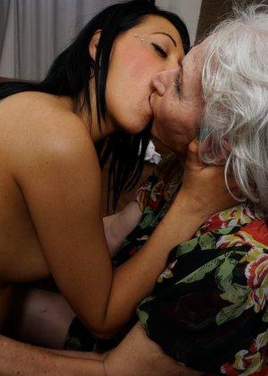 Горячая брюнетка нашла пожилую любовницу, которая просто мастерски делает куни - фото 11
