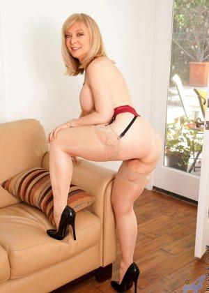 У зрелой блонды имеется специальная игрушка для стимуляции заветной точки внутри вагины - фото 5