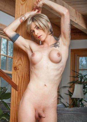 Зрелая подружилась с блондином трансом, ей всегда было интересно потискать одновременно и член и сиськи - фото 15