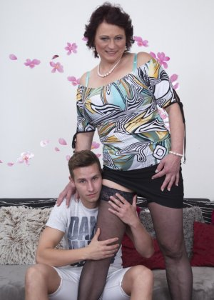 Зрелая женщина разрешает себя облапать молодому человеку и проявляет интерес к его члену - фото 6