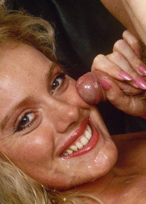 Ретро снимки, на которых две блондинки ублажают трех самцов, стараясь каждому доставить удовольствие - фото 14
