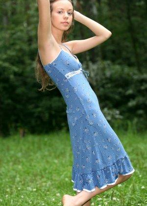 Горячая фотосессия молодой красотки, которая только дразнит собой, приподнимая платье, но не раздеваясь - фото 14