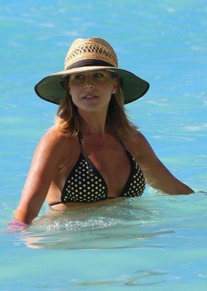 Джули Бенц засняи на пляже, когда она купалась в море, затем вышла обсыхать на берег в своем бикини - фото 3