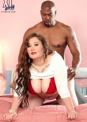 Лилли Блю показывает свое пышное тело чернокожему самцу и разрешает себя полапать во всех местах - фото 2