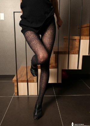 Азиатка постепенно освобождается от одежды и остается совсем обнажена, показывая стройное тело - фото 26