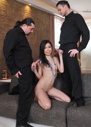 Йики отдается двум мужикам, подставляя глубокую глотку, влагалище и анус - фото 5- фото 5- фото 5