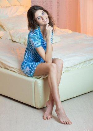 Молоденькая мисс хвастается свежестью своего тела – красивая грудь и аккуратная попка сводят с ума - фото 13