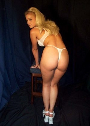Молодая блондинка вся измазывается кремом и показывает себя со всех сторон без стеснения - фото 3