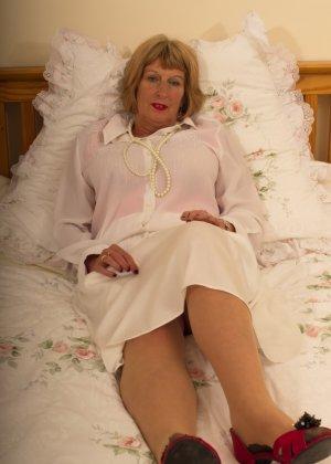 Кокетливой бабуле нравится носить эротическое белье под своим скромным нарядом - фото 9