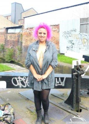 Рокси обожает отличаться от других и не только розовыми волосами, но и тем, что она может показывать свои сиськи и задницу посреди улицы - фото 5