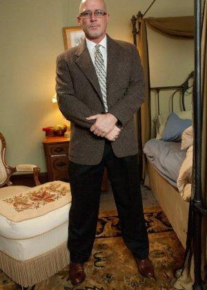 Убирая в номере у богатого мужика, горничная наталкивается на запретные аксессуары, за это он ее и наказывает - фото 4