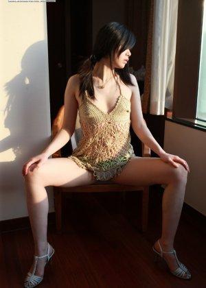 Кореянка специально для фетишистов разрывает на себе колготки и дразнит обнаженными частями тела - фото 48