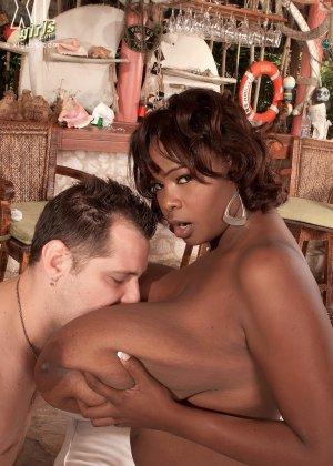 Две пышнотелые дамочки Адрианна Синн и ее подруга трахаются с ненасытными белыми парнями - фото 8