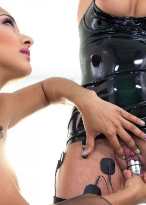 Электростимулятры и разные секс игрушки просто созданы для похотливой Дейзи и дерзкой девчонки Роксаны - фото 9